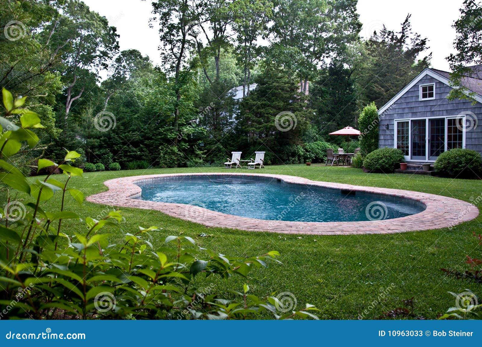 Piscina del patio trasero fotos de archivo imagen 10963033 for Piscinas en patios reducidos