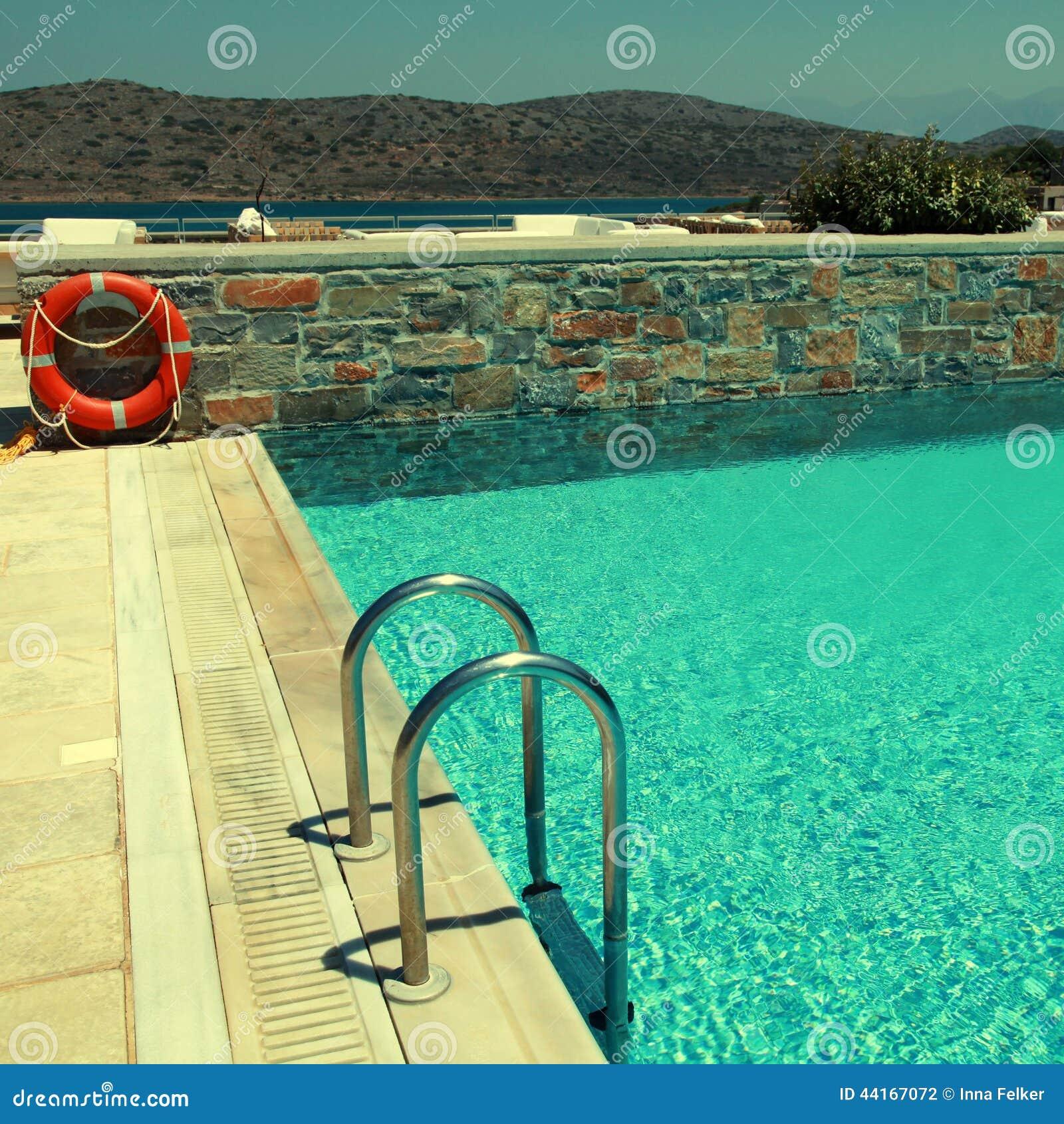 Piscina del patio y del centro tur stico que pasa por alto el mar mediterr neo foto de archivo - Business plan piscina ...