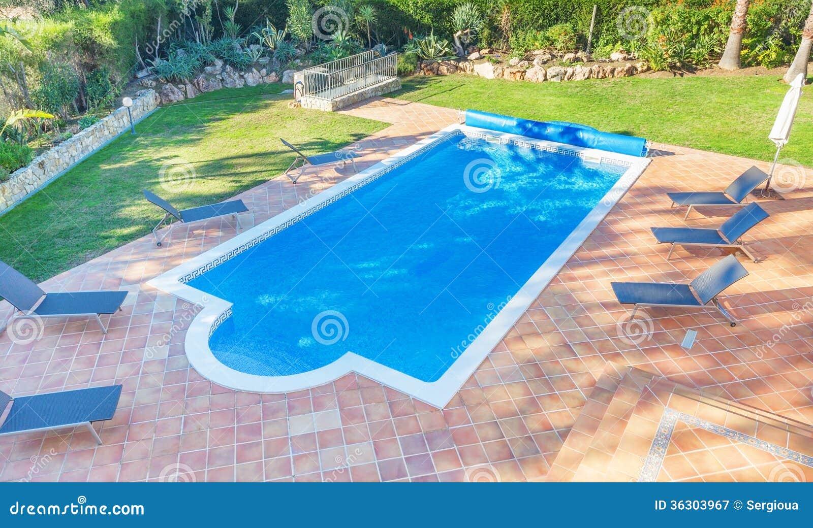 Piscina del verano en el patio cerca de la casa for Casa de verano con piscina