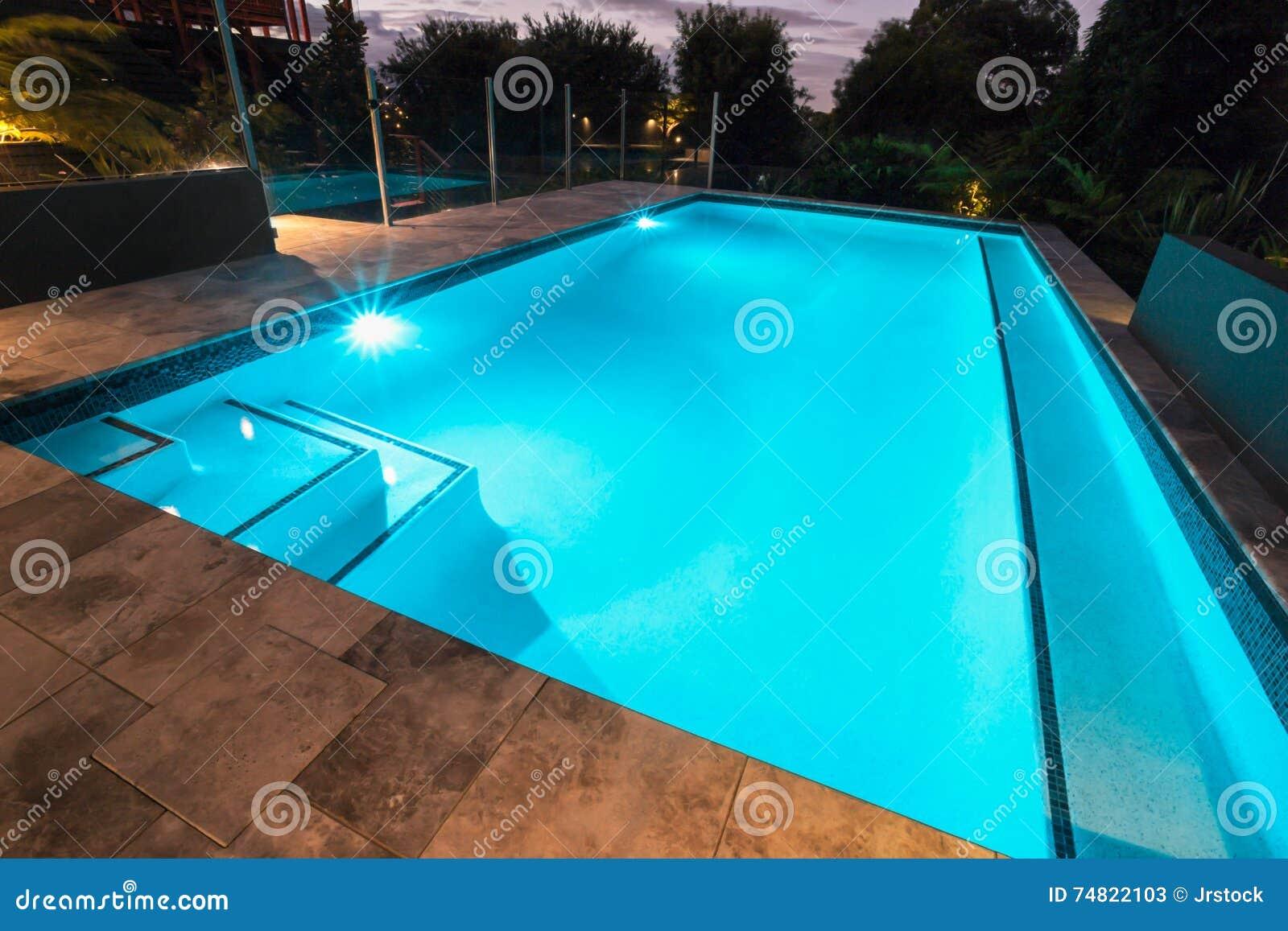 Piscina dellacqua blu con lampeggiante con le piastrelle per