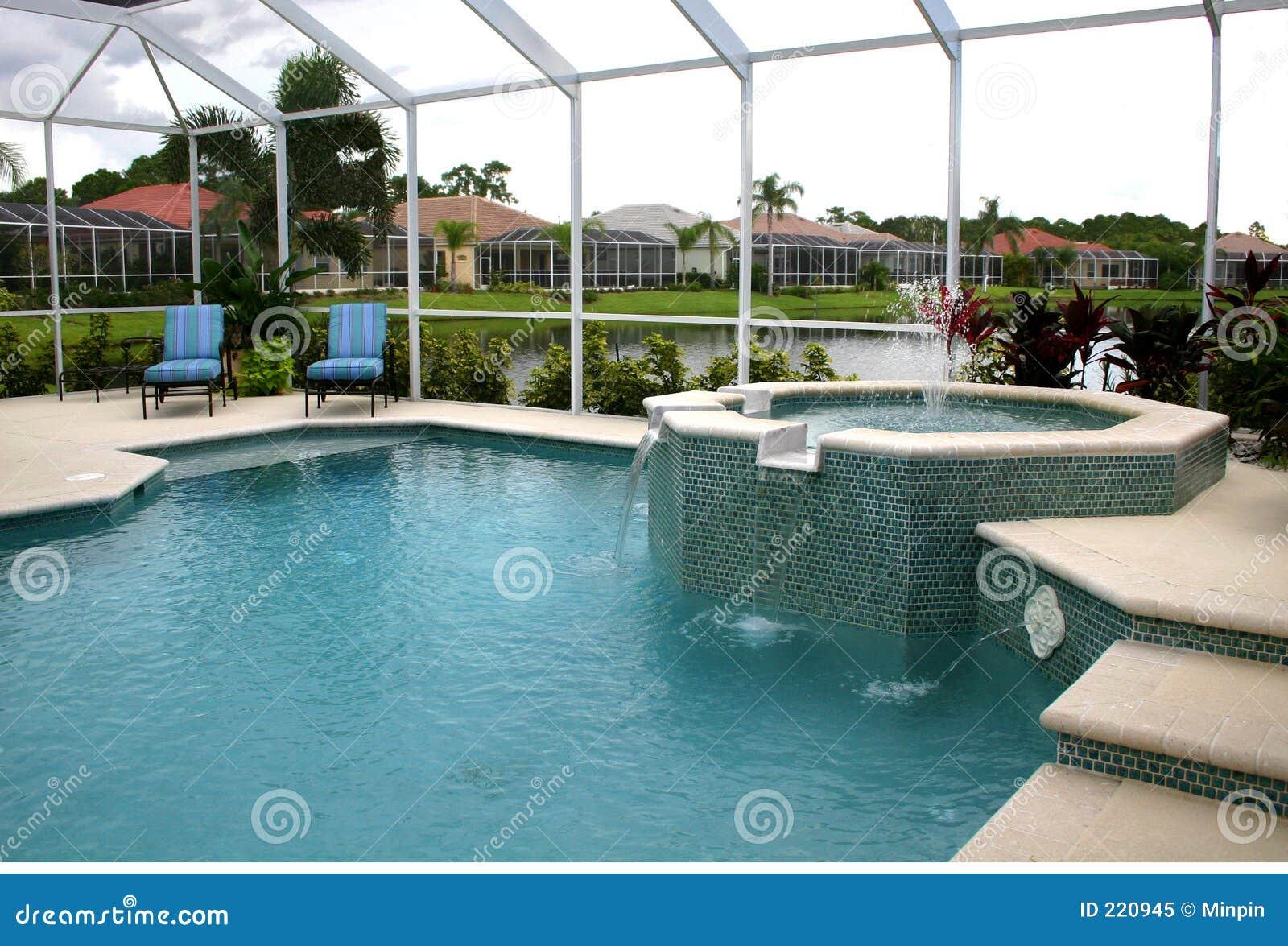 Piscina dentro de la jaula foto de archivo libre de for Fotos en la piscina