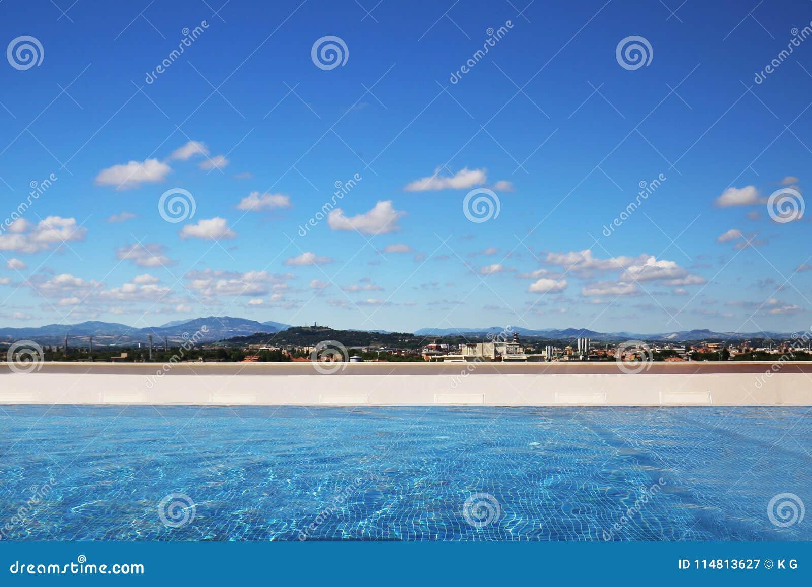 Piscina di lusso sul tetto Il cielo blu con le nuvole e la montagna abbelliscono su fondo Vista panoramica Viaggio e vaca di esta