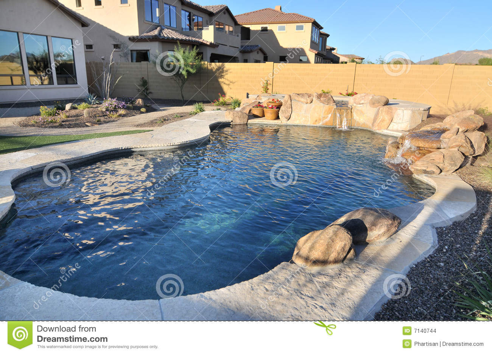 Piscina en patio trasero imagenes de archivo imagen 7140744 for Piscina z
