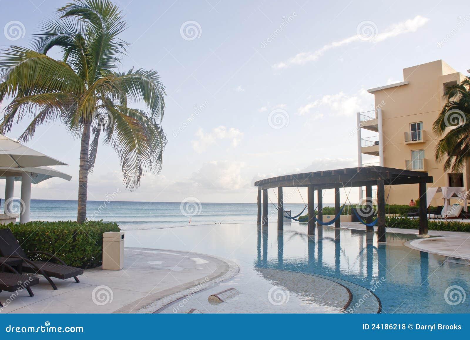 Piscina enorme de la laguna con las hamacas azules fotos - Hamacas de piscina ...