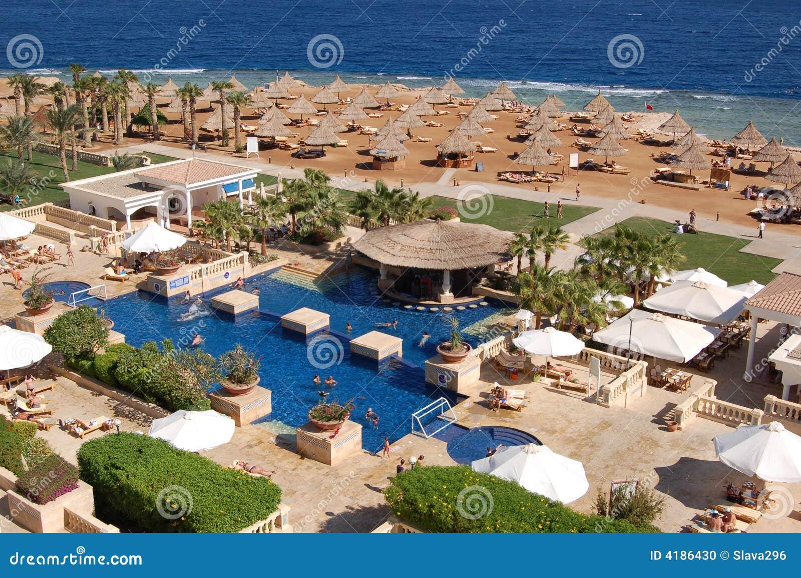 Piscina lussuosa e spiaggia fotografia stock immagine 4186430 - Business plan piscina ...