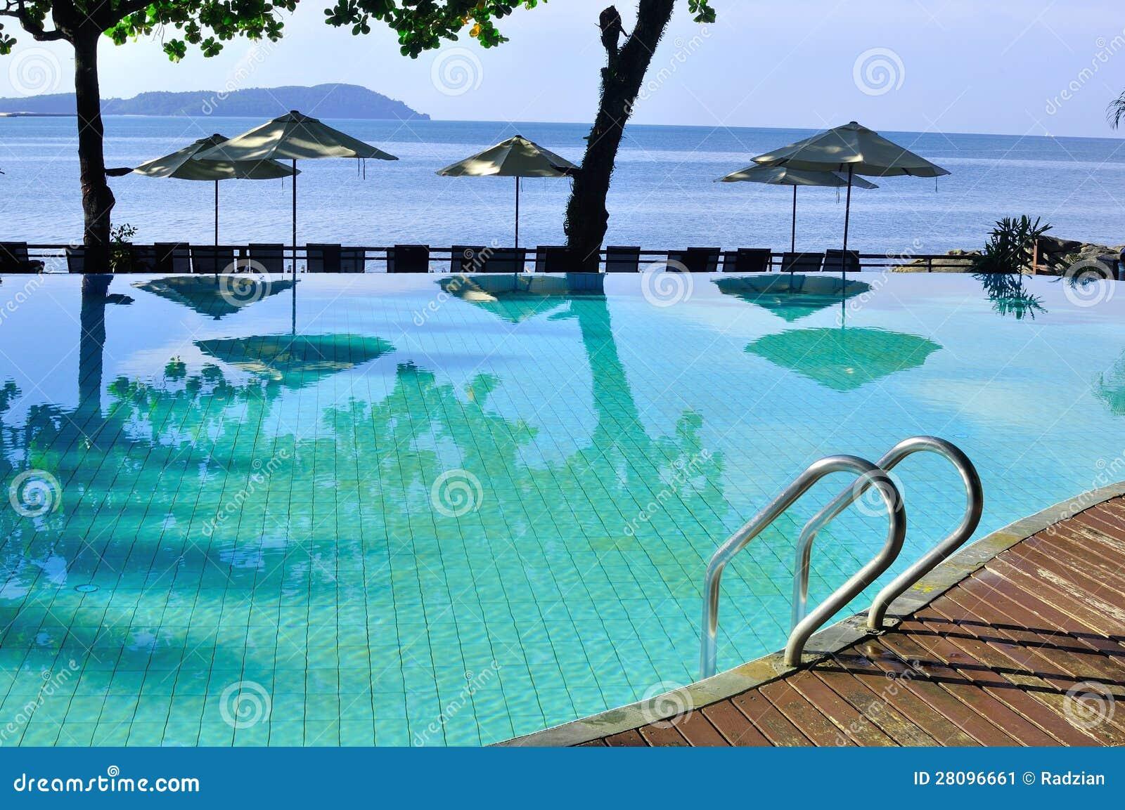 Piscina luxuosa e r stica pelo mar imagem de stock for Piscina z