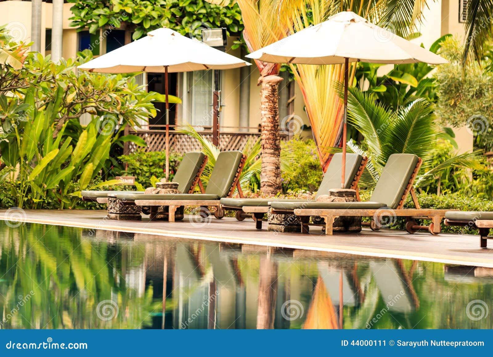 fotos de jardim tropical : fotos de jardim tropical:Foto de Stock: Piscina luxuoso em um jardim tropical