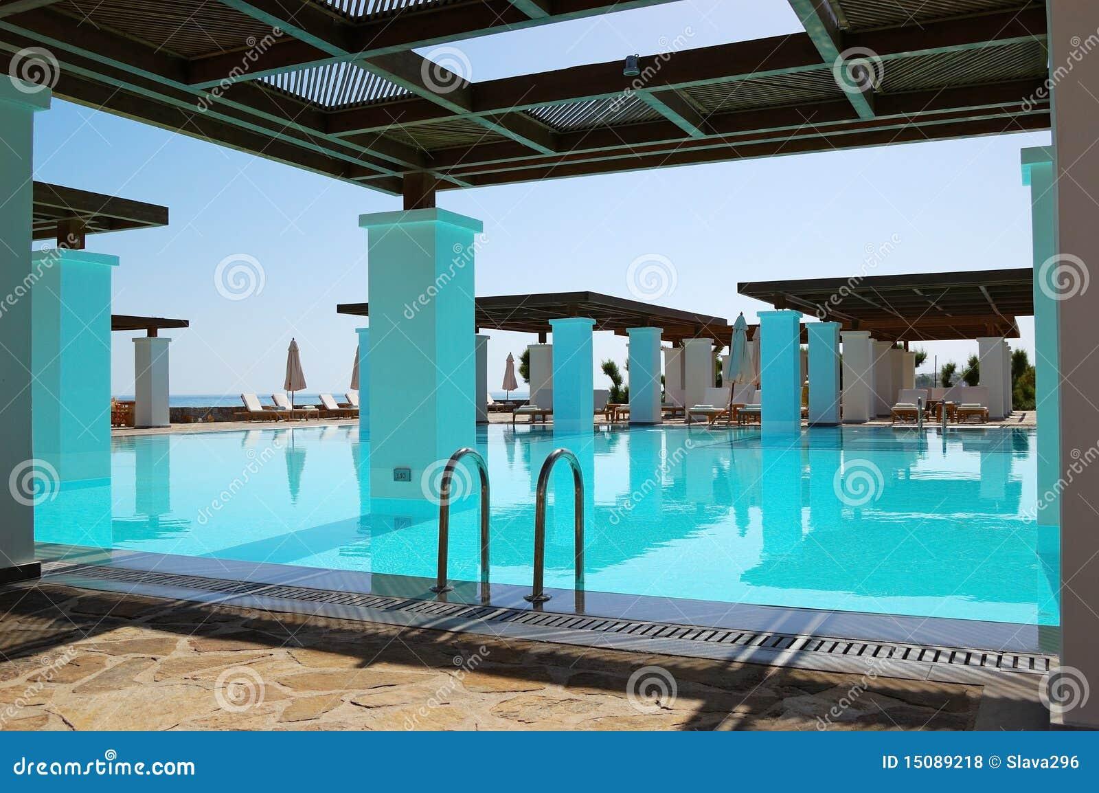 Piscina moderna all 39 albergo di lusso fotografie stock for Piscina di lusso