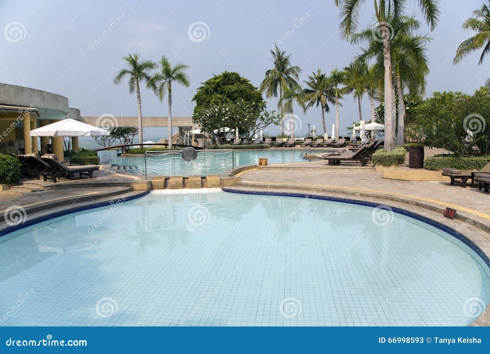 Piscina moderna con chiara acqua del turchese fotografia stock immagine 66998593 - Acqua orecchie piscina ...