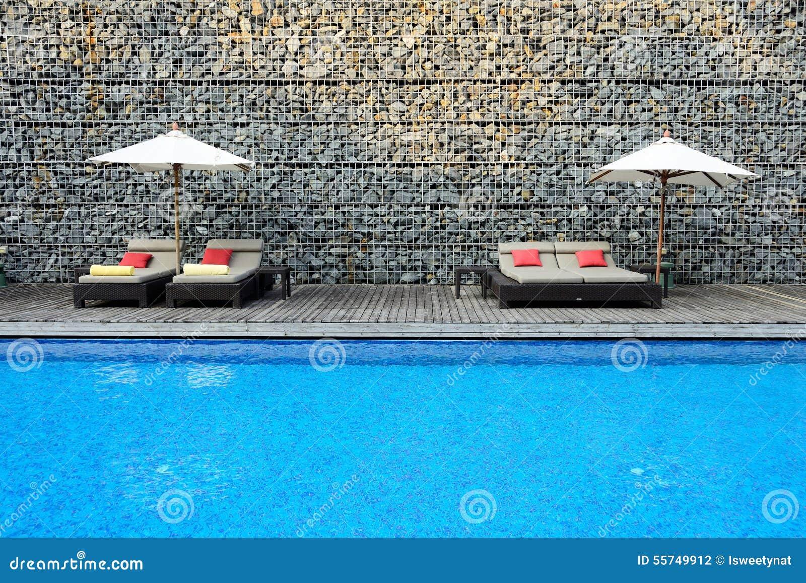 Piscina moderna con la pared de piedra foto de archivo - Lucia la piedra piscina ...