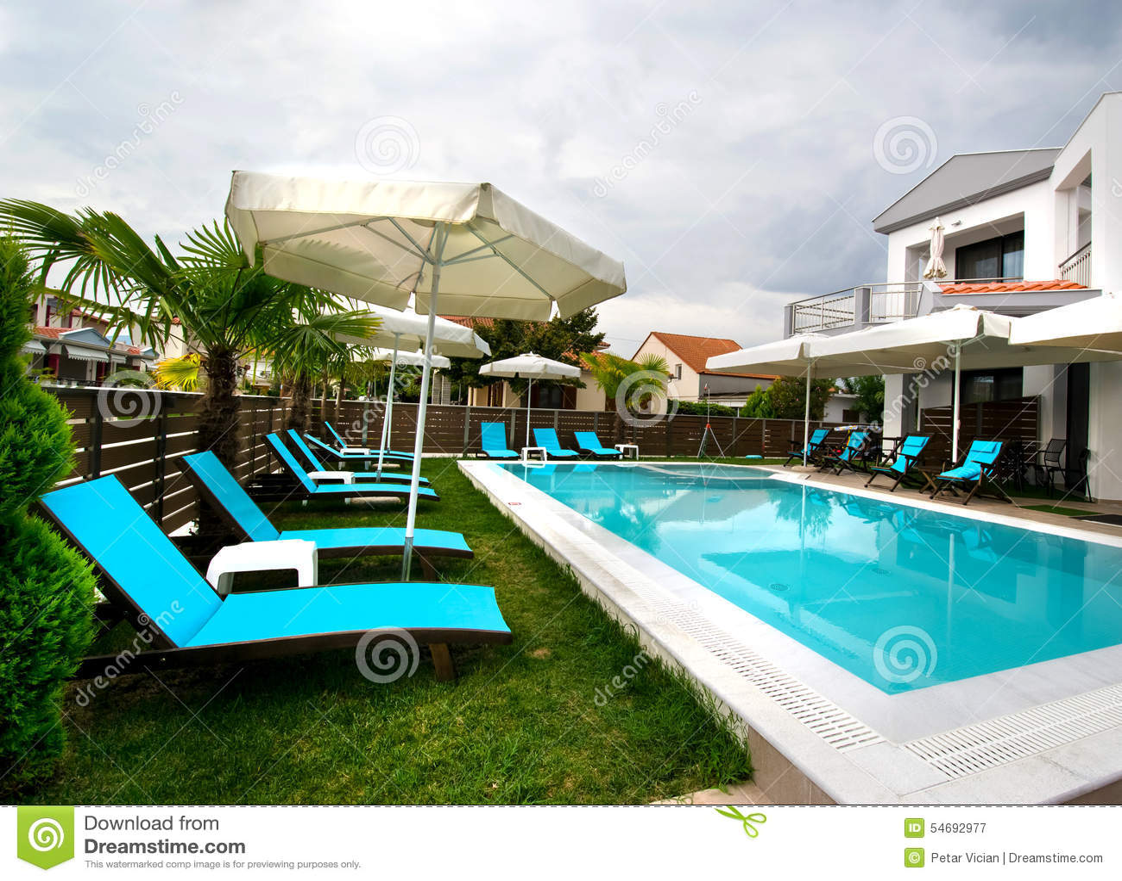 Piscina moderna de la casa de la residencia imagen de for Casa moderna piscina