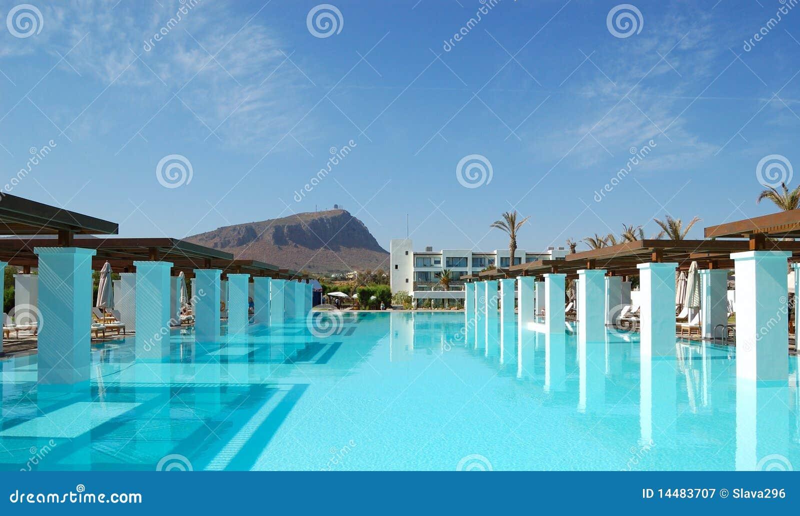 Piscina moderna en el hotel de lujo fotograf a de archivo for Imagenes de hoteles de lujo