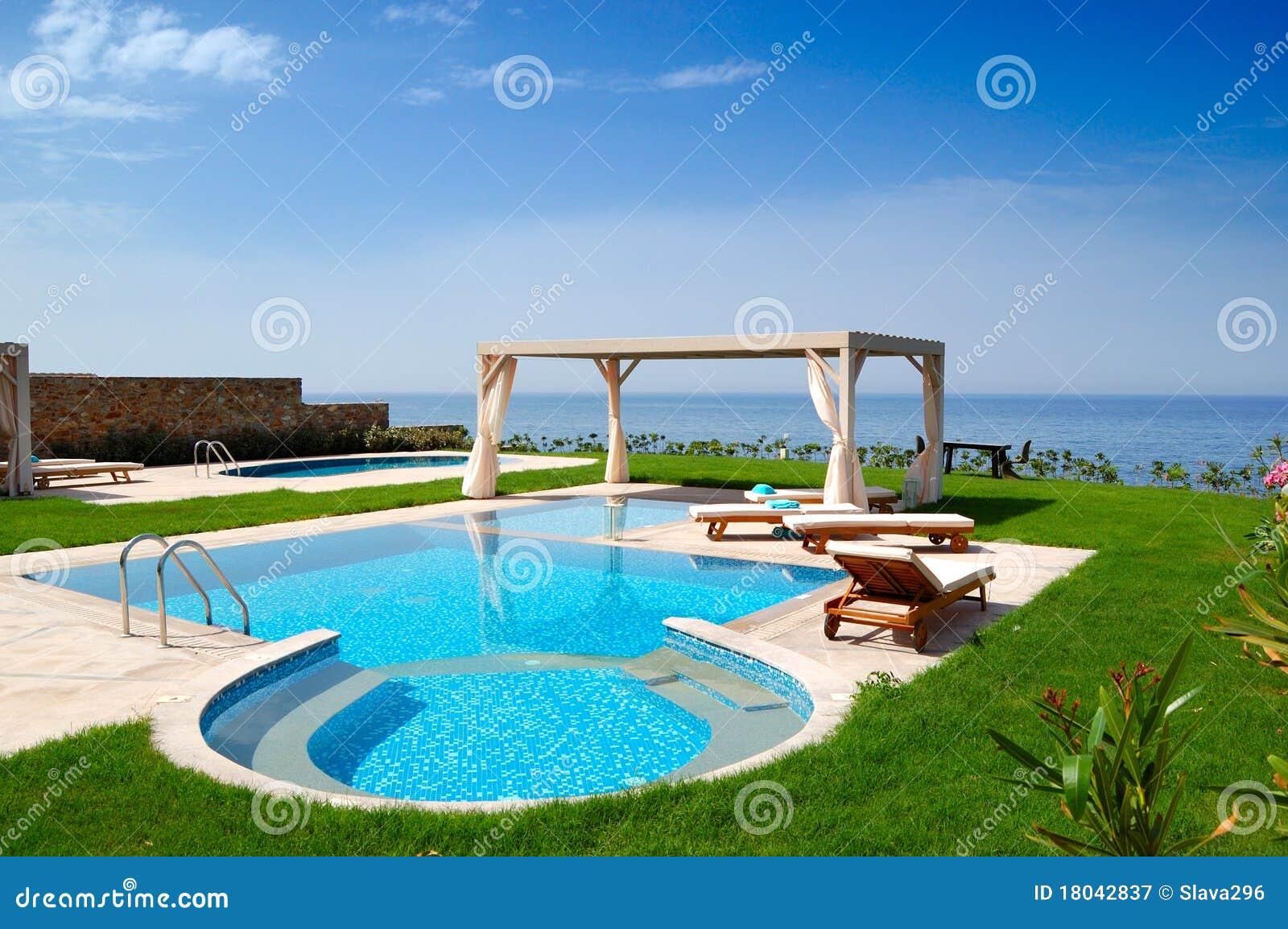 Piscina na casa de campo luxuosa fotografia de stock for Piscinas para casas de campo