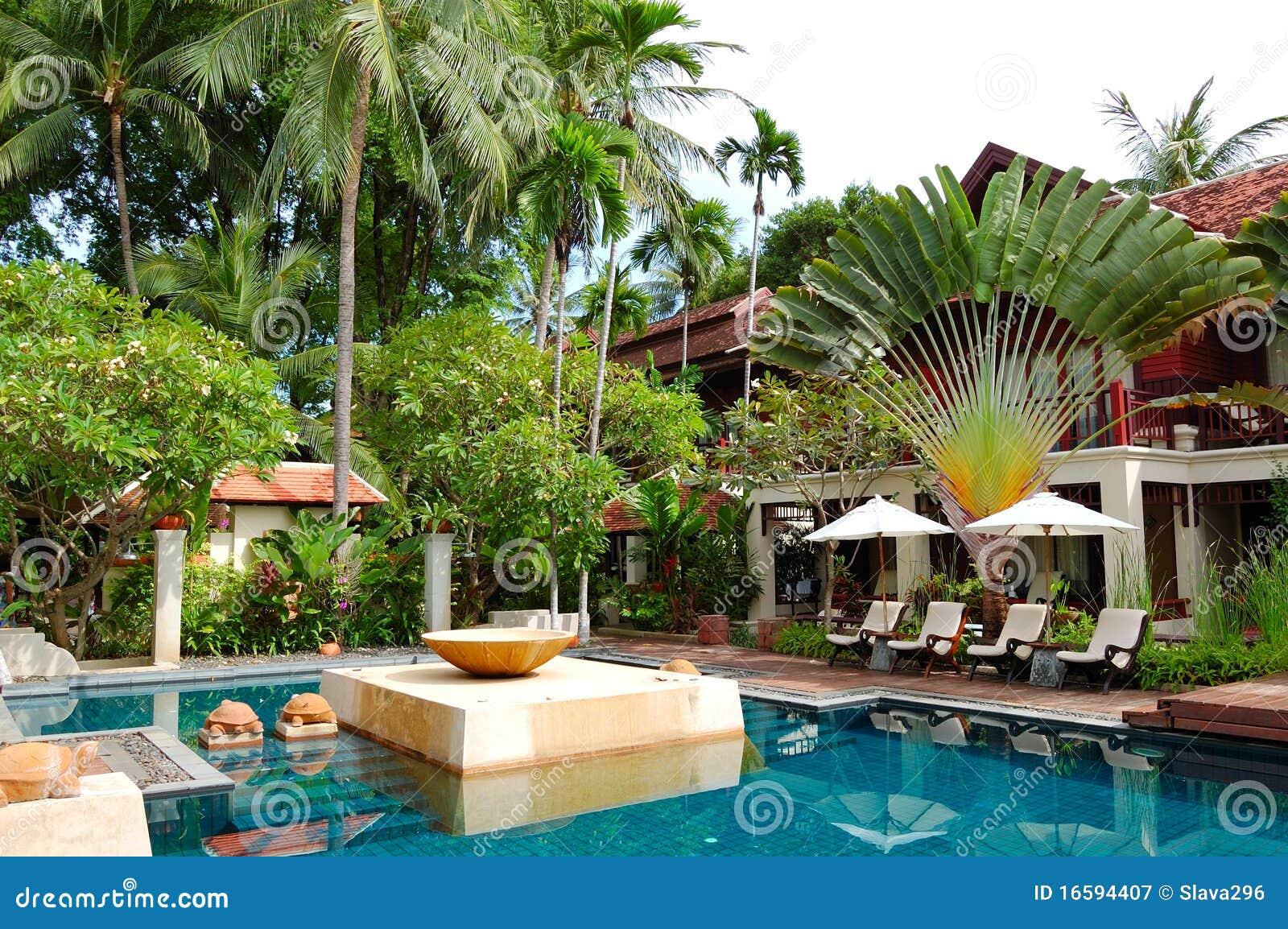 Piscina na casa de campo luxuosa moderna imagem de stock for Casas de campo modernas con piscina