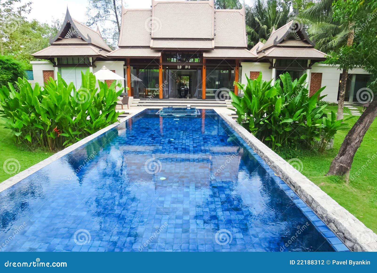 Piscina na casa de campo tradicional luxuosa foto de stock for Fotos casas de campo con piscina