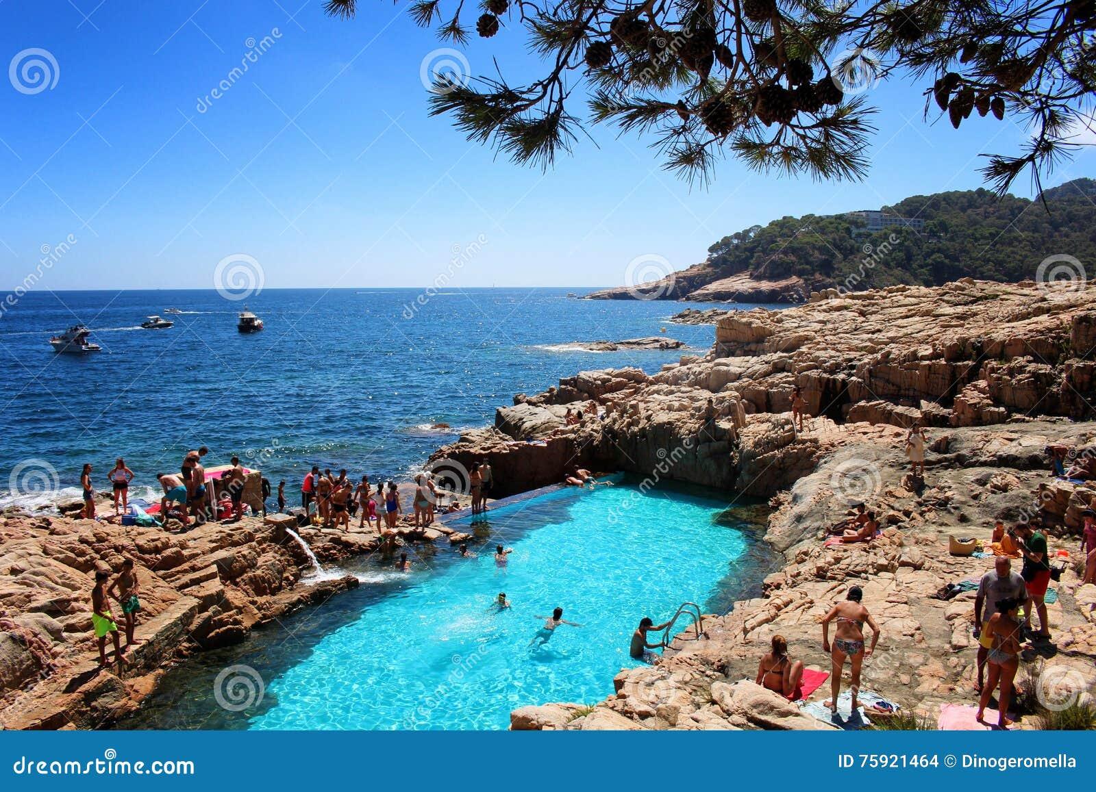 piscina natural en costa brava imagen de archivo editorial