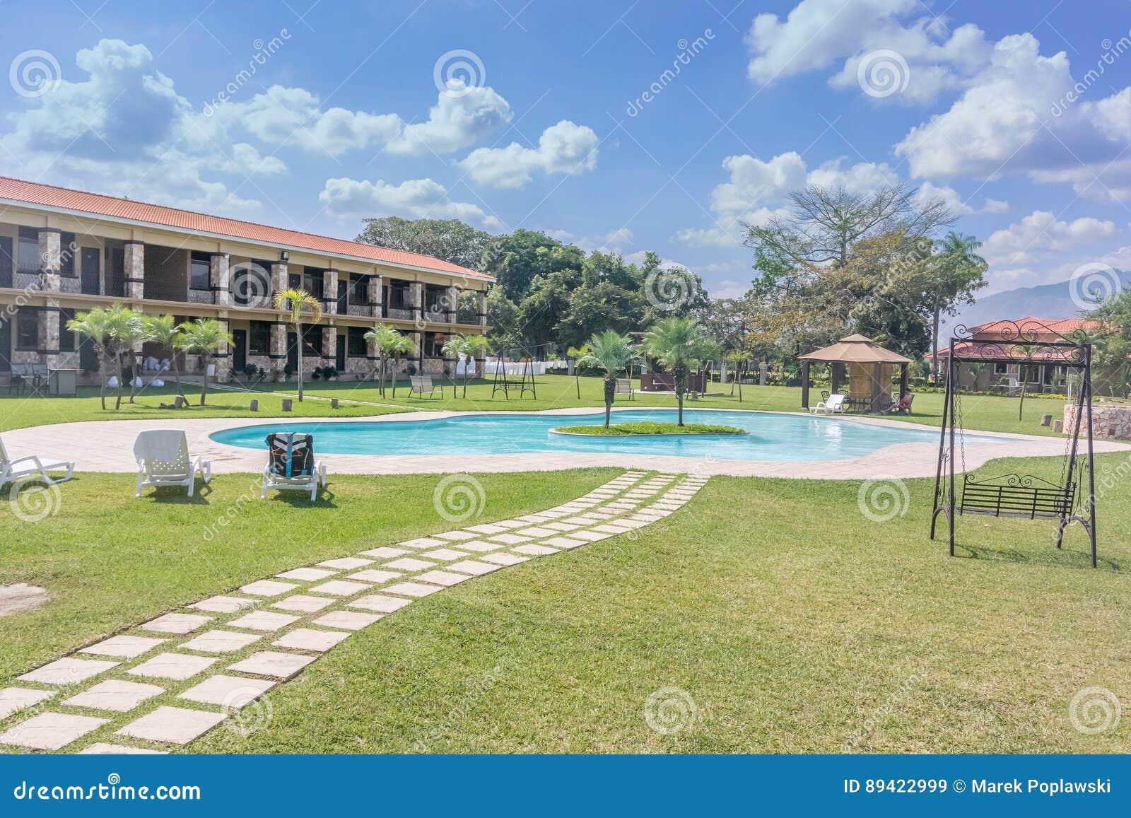 Piscina no hotel grande de Caporal na Guatemala