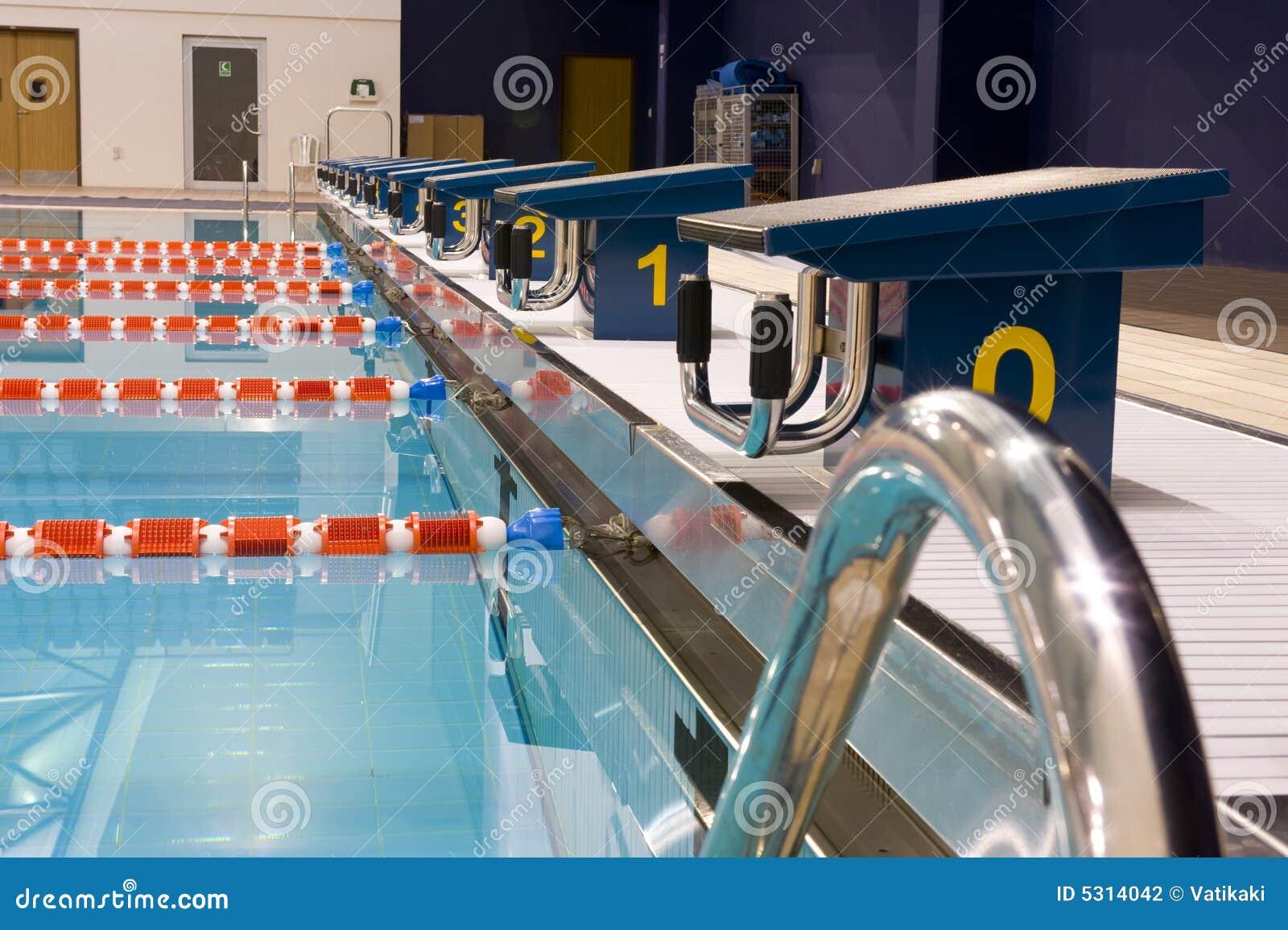 Download Piscina olimpica fotografia stock. Immagine di trasparente - 5314042