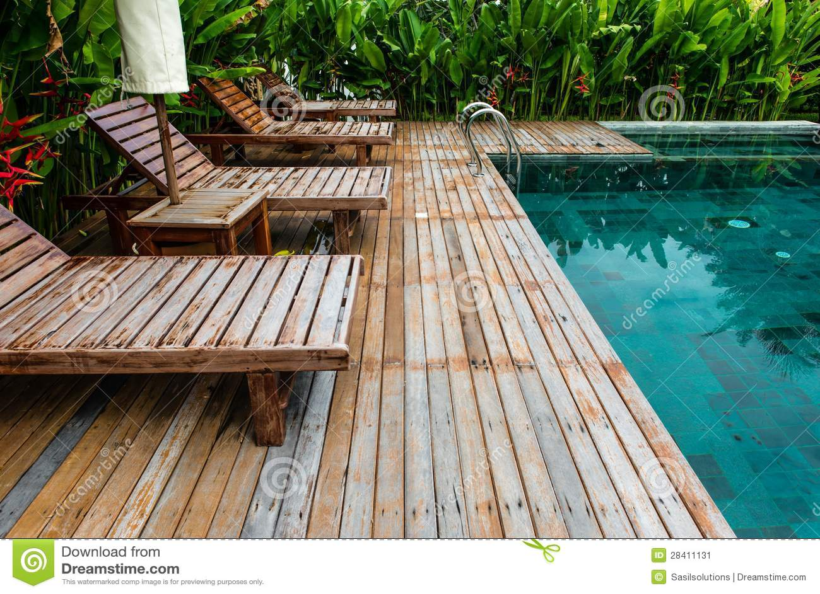 Piscina pequena com o ajuste de madeira cercado por - Cercado de madera ...
