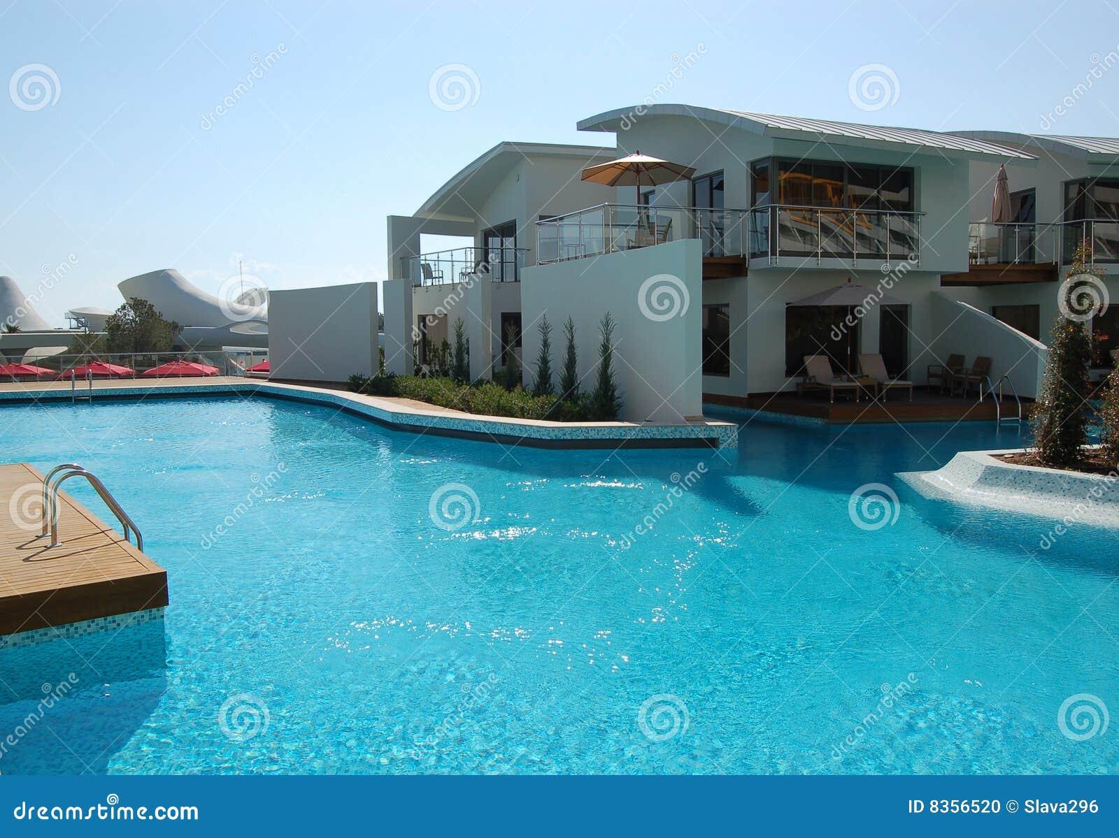 Piscina perto das casas de campo do vip foto de stock for Piani del cortile con piscine