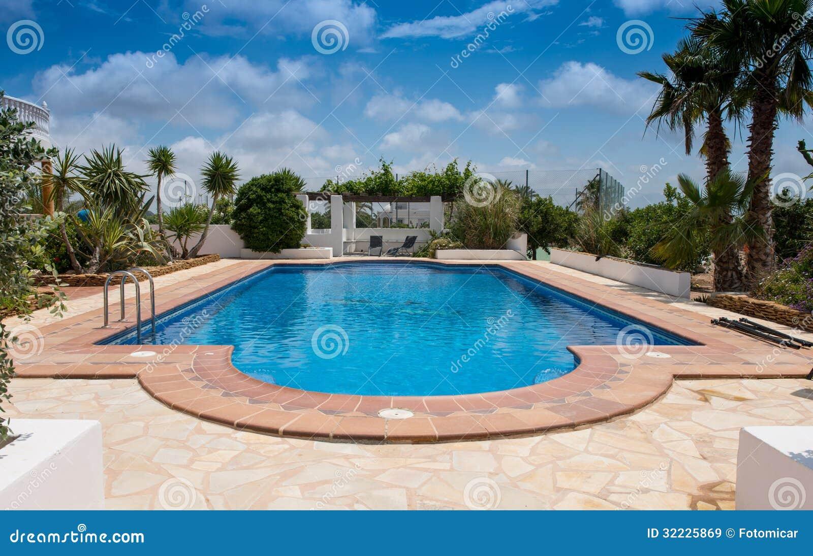 Download Piscina privada típica imagem de stock. Imagem de southern - 32225869