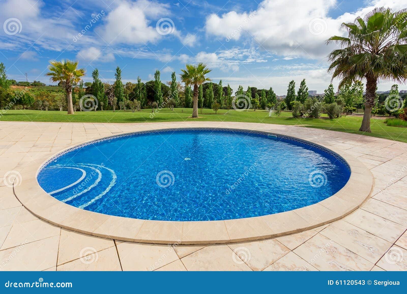 Piscina redonda moderna en las zonas tropicales cerca del for Piscina redonda grande