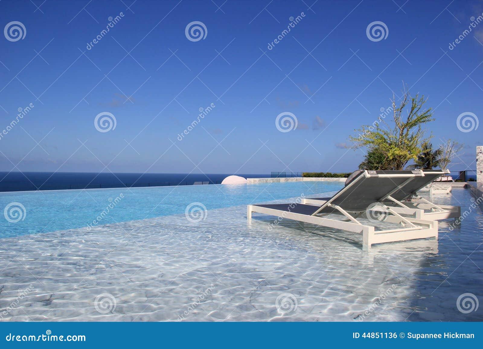 Piscina relajante con el paisaje magnífico del mar en Phuke