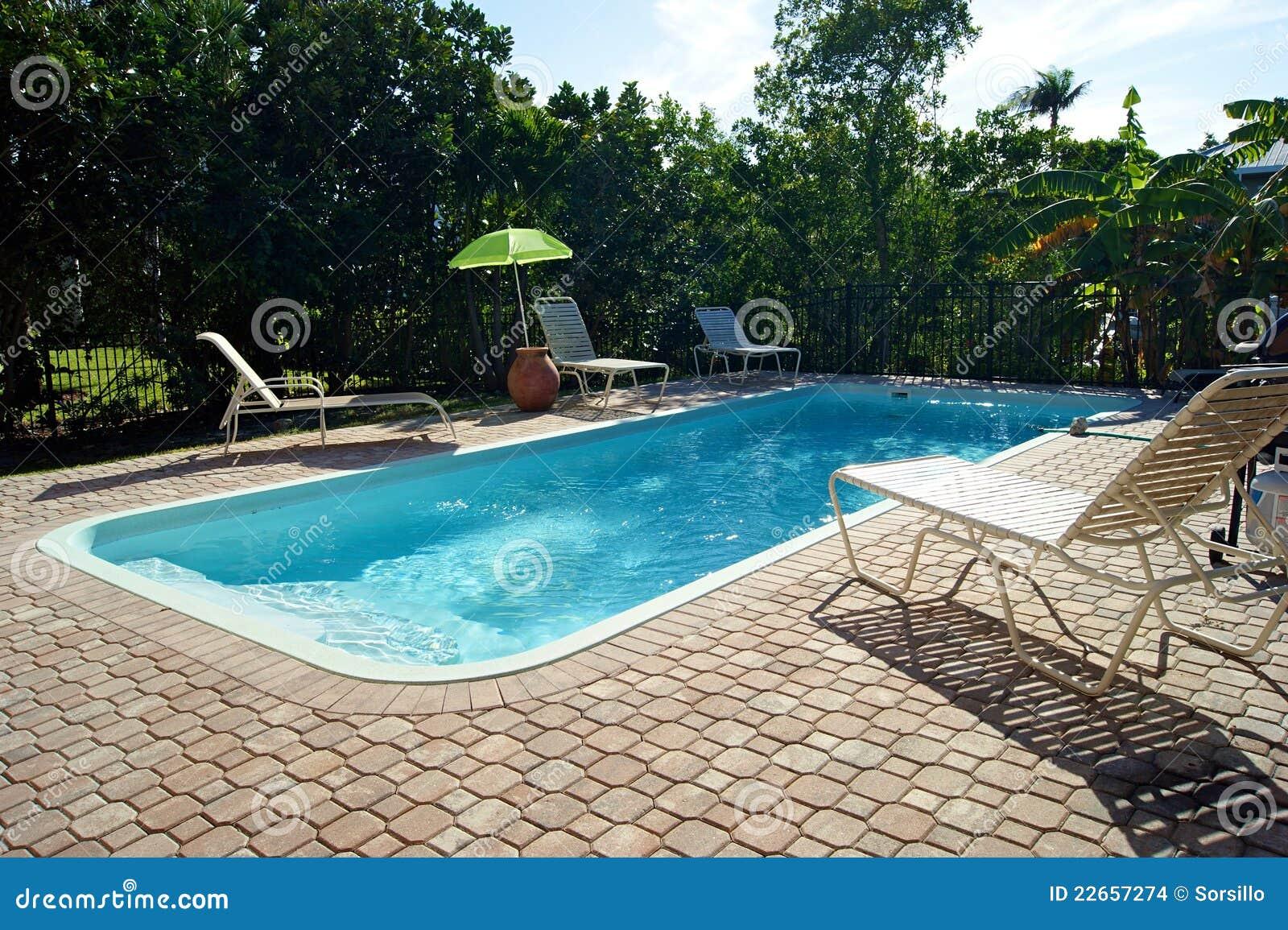 Piscina retangular com cadeiras de plataforma imagens de for Plataforma para piscina