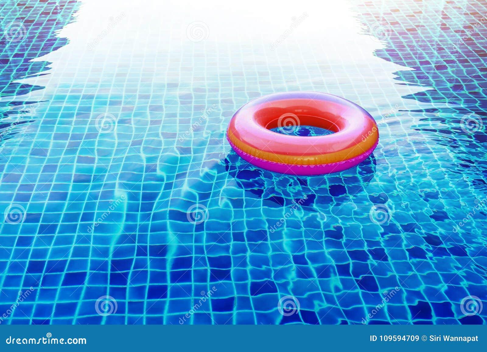 Piscina Ring Float sopra acqua blu