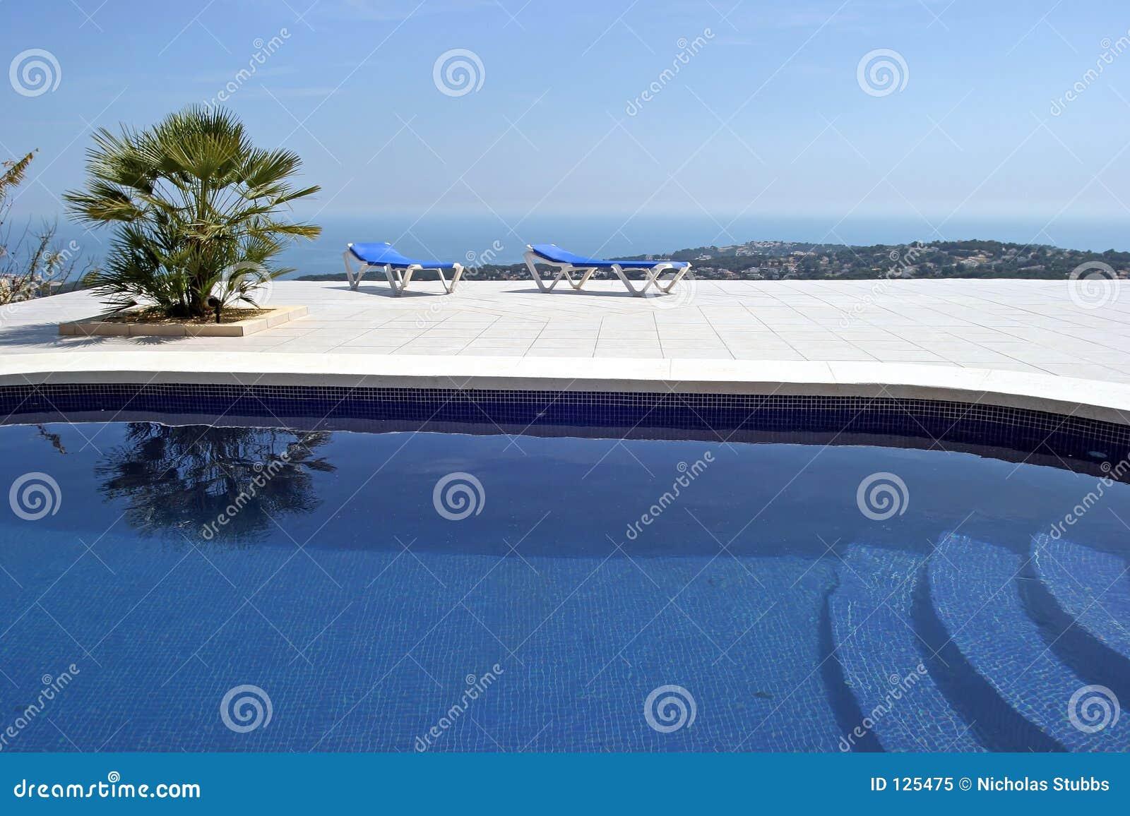 Piscina surpreendente na casa de campo espanhola com vistas incr veis cidade e ao mar abaixo - Business plan piscina ...