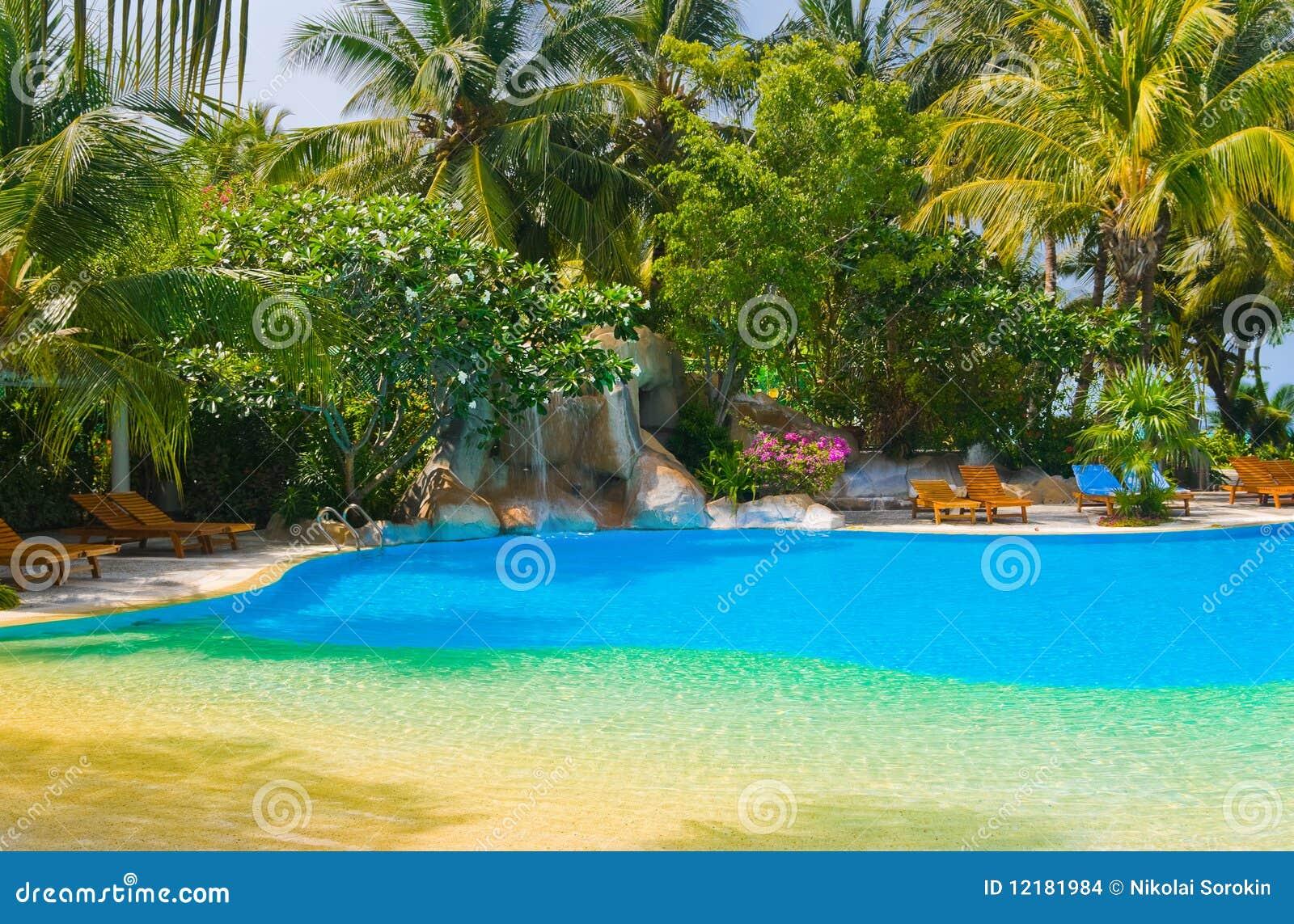 precio cascada piscina piscina y cascada en hotel imagenes de archivo imagen