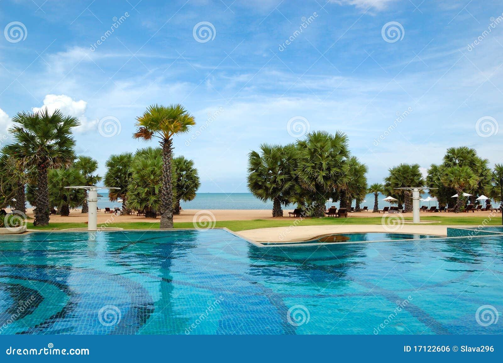 Piscinas en la playa del hotel de lujo imagen de archivo for Follando en la piscina del hotel