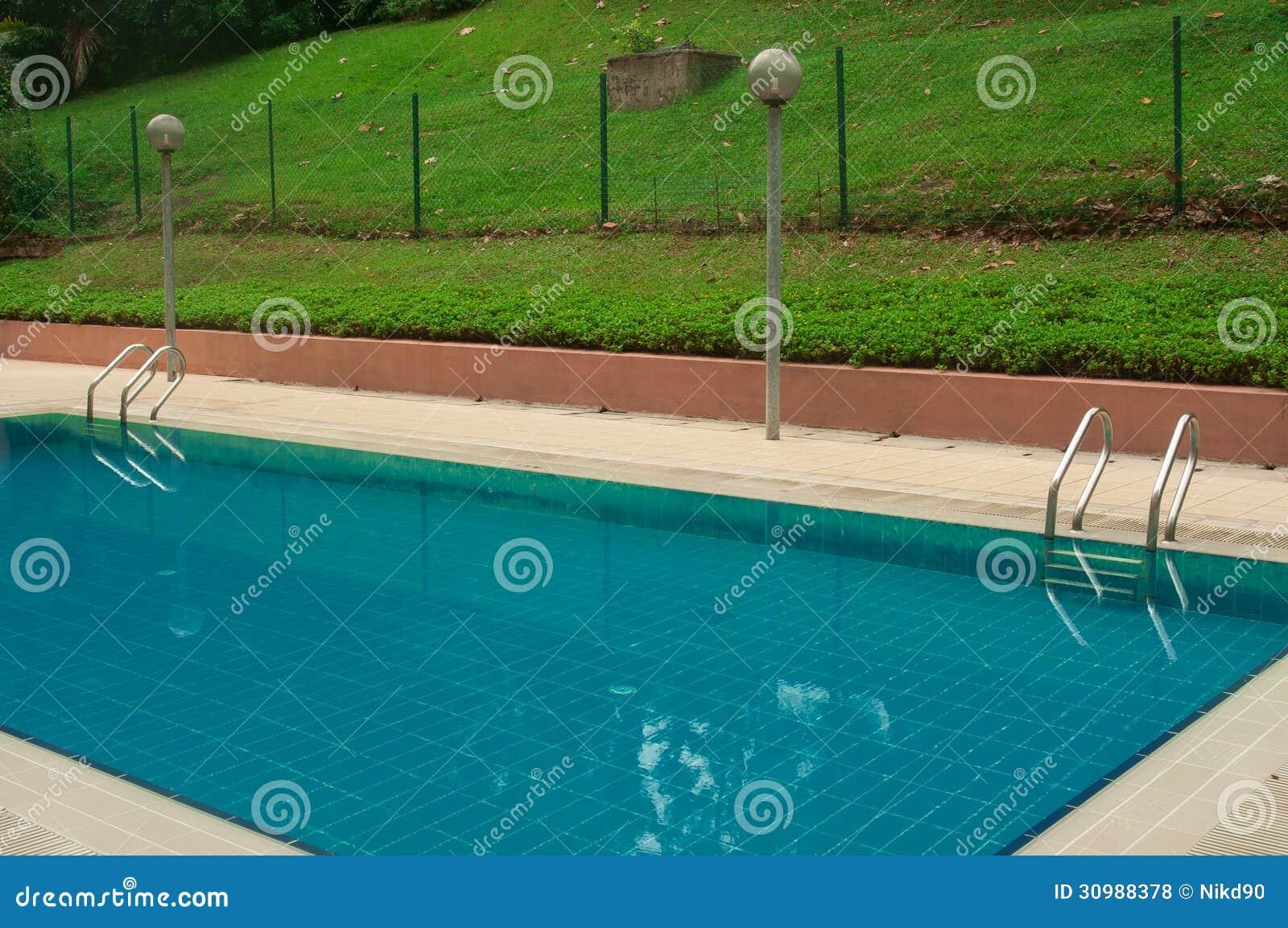 Piscine l 39 int rieur du complexe d 39 aparment et d 39 h tel for Complexe piscine