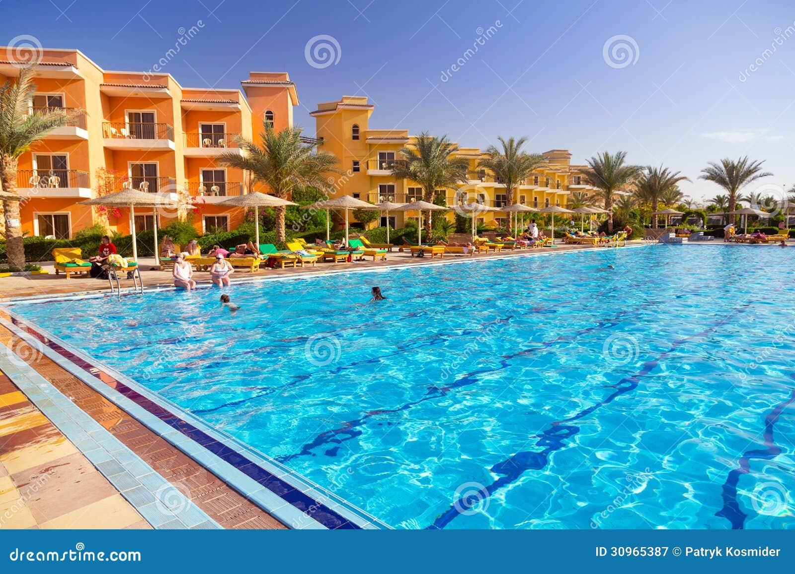 Piscine à la station de vacances tropicale dans Hurghada, Egypte
