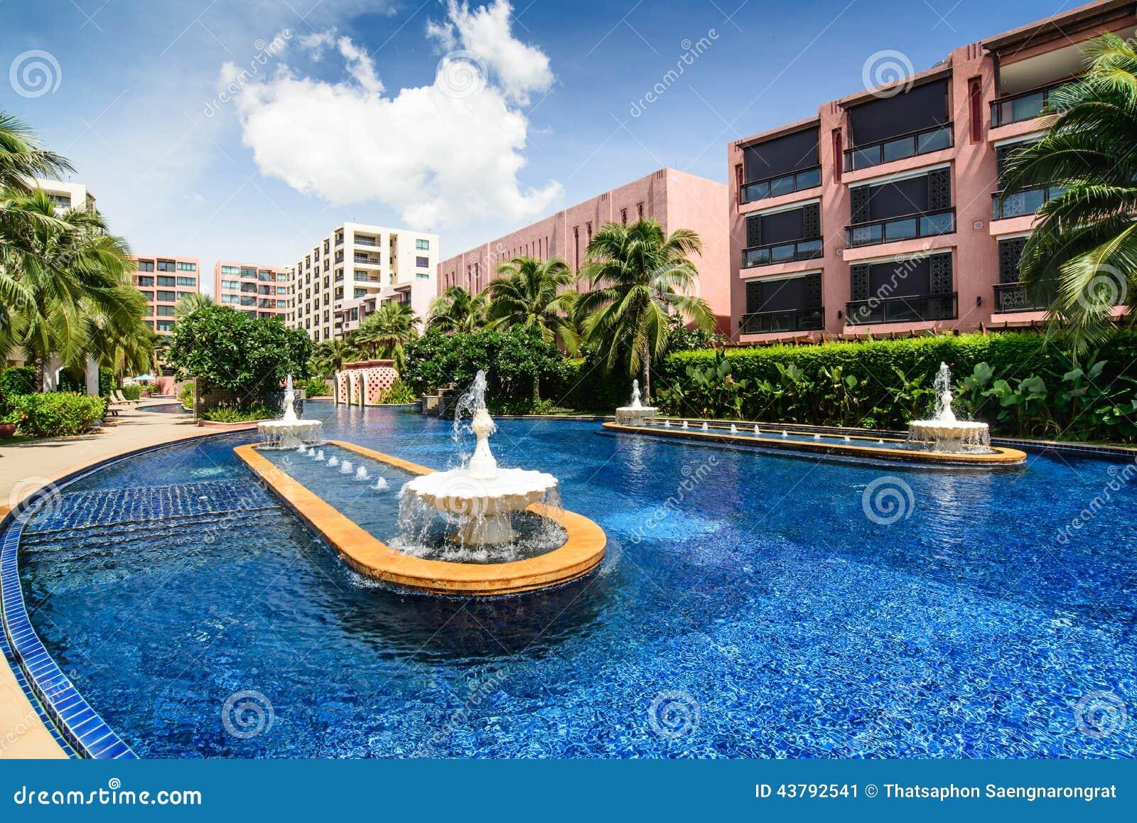 Piscine avec de l 39 eau fontaine dans la cour d 39 h tel image for Hotel la bourboule avec piscine