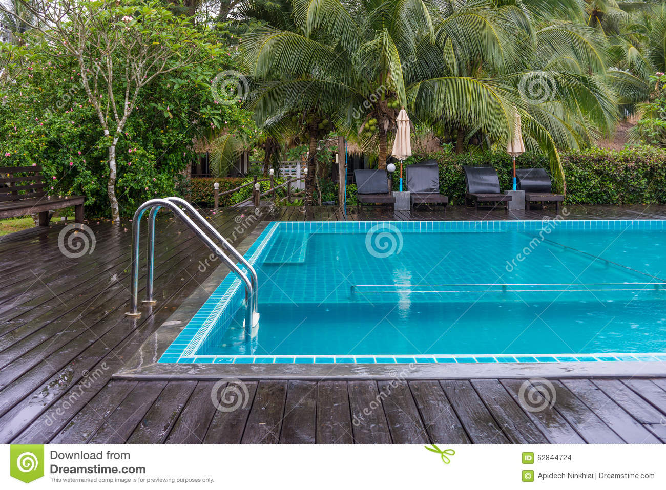 Piscine avec des balustrades photo stock image 62844724 for Piscine destock