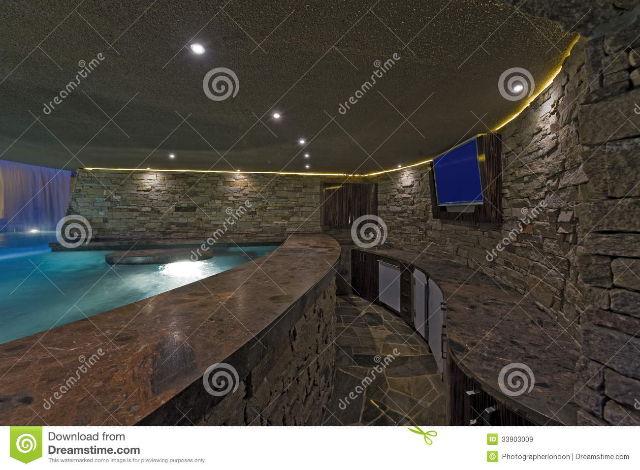 piscine avec la tv sur le mur en pierre image stock image du waterfall personne 33903009. Black Bedroom Furniture Sets. Home Design Ideas