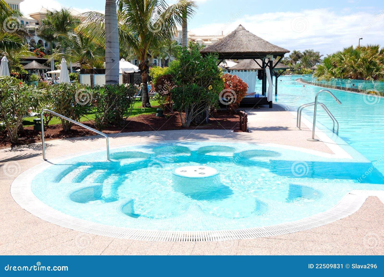 Piscine avec le jacuzzi l 39 h tel de luxe image stock for Hotel a dieppe avec piscine