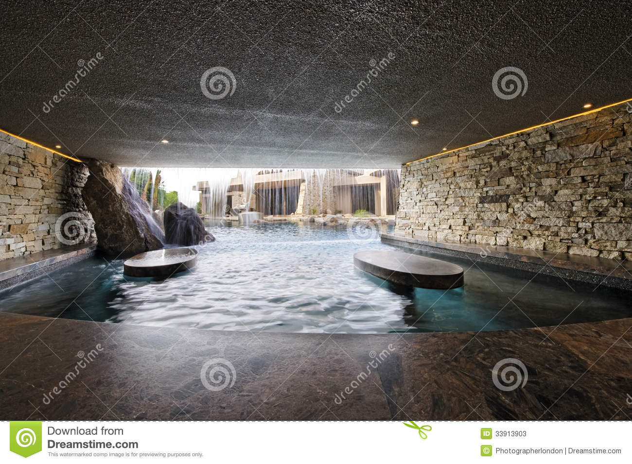 piscine avec les murs en pierre contre la chambre image stock image du maison jour 33913903. Black Bedroom Furniture Sets. Home Design Ideas
