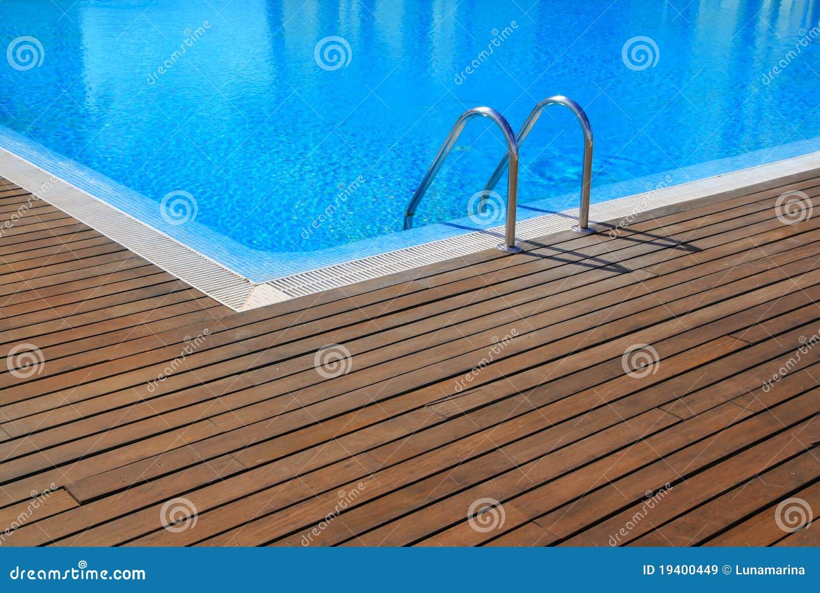Piscine bleue avec le plancher en bois de teck images for Piscine en teck