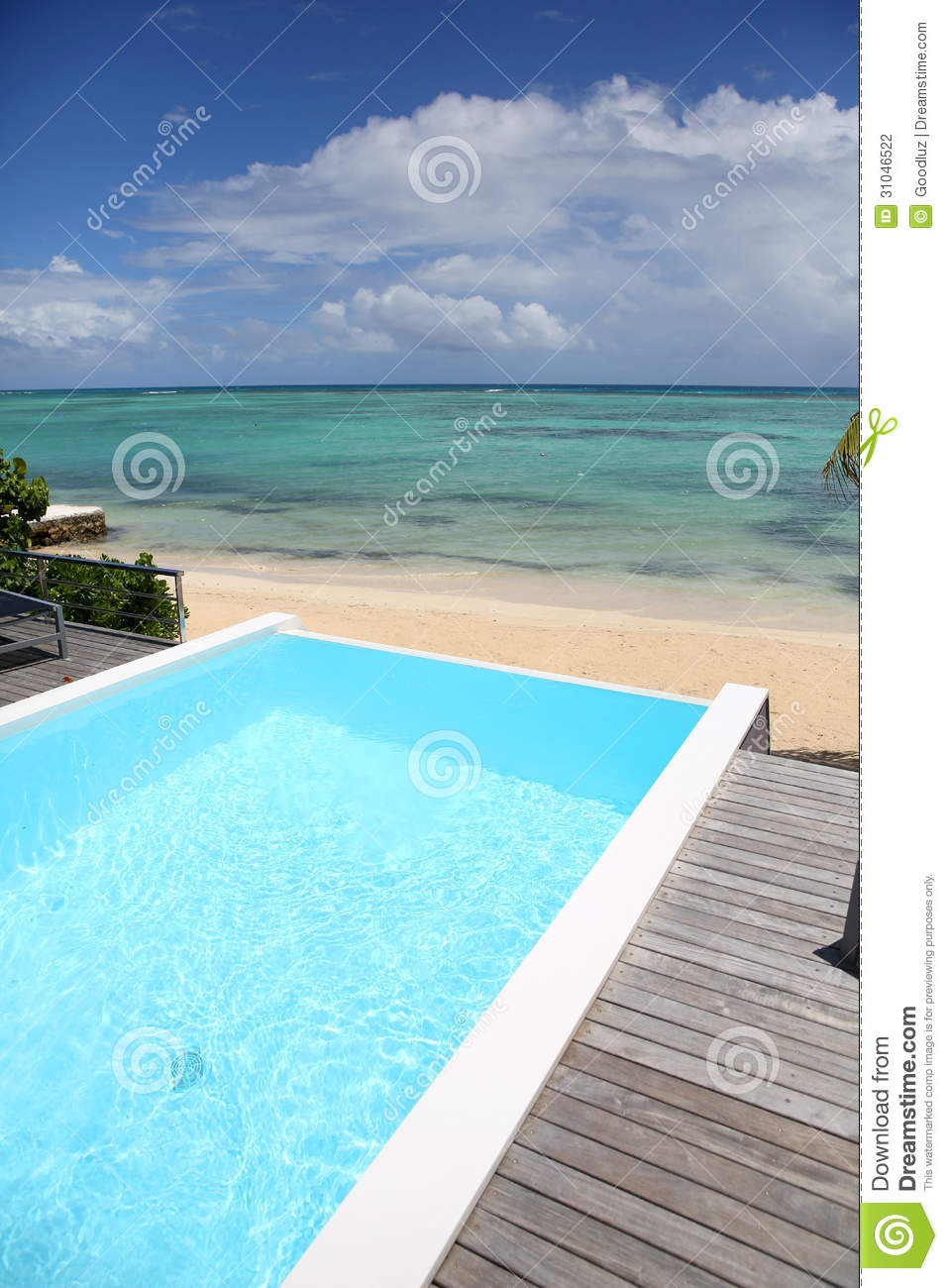 Piscine bleue devant la mer tropicale photographie stock for Piscine ile bleue seynod