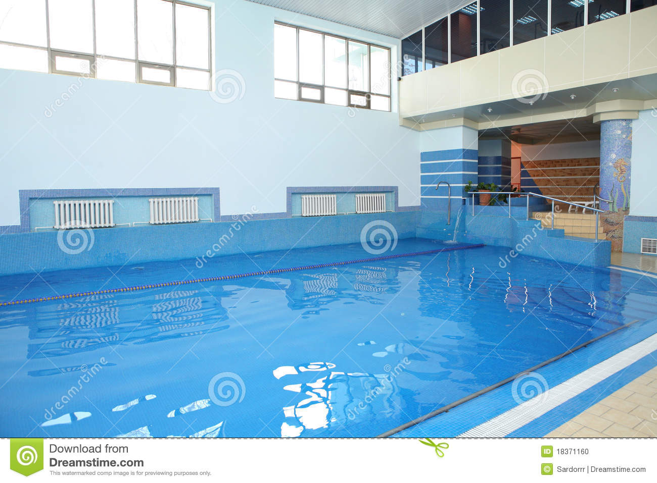 Piscine carrel e avec de l 39 eau bleu photo stock image for Prix piscine carrelee