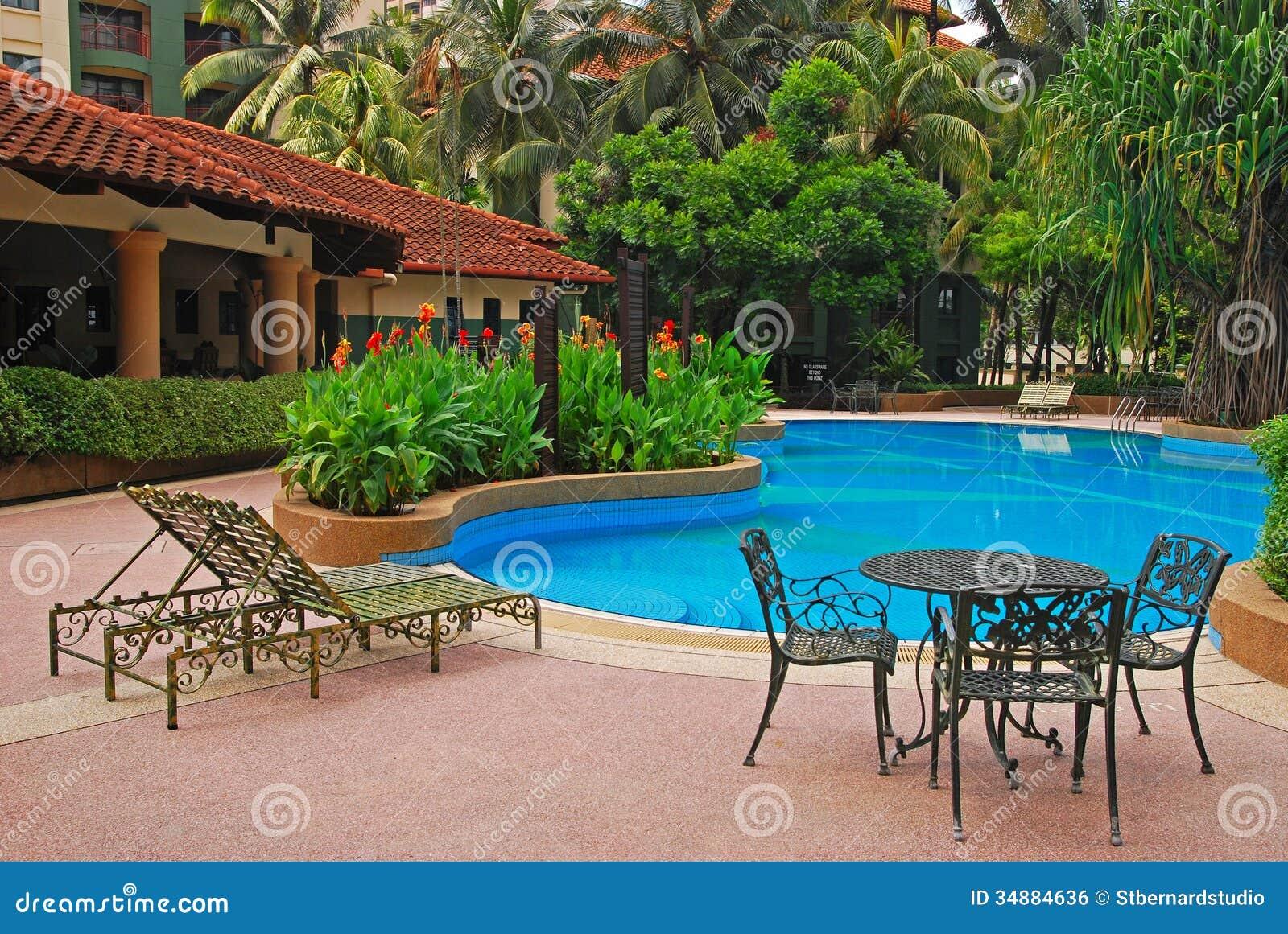 Piscine d 39 un condominium avec la chaise de chaise longue for Table de piscine