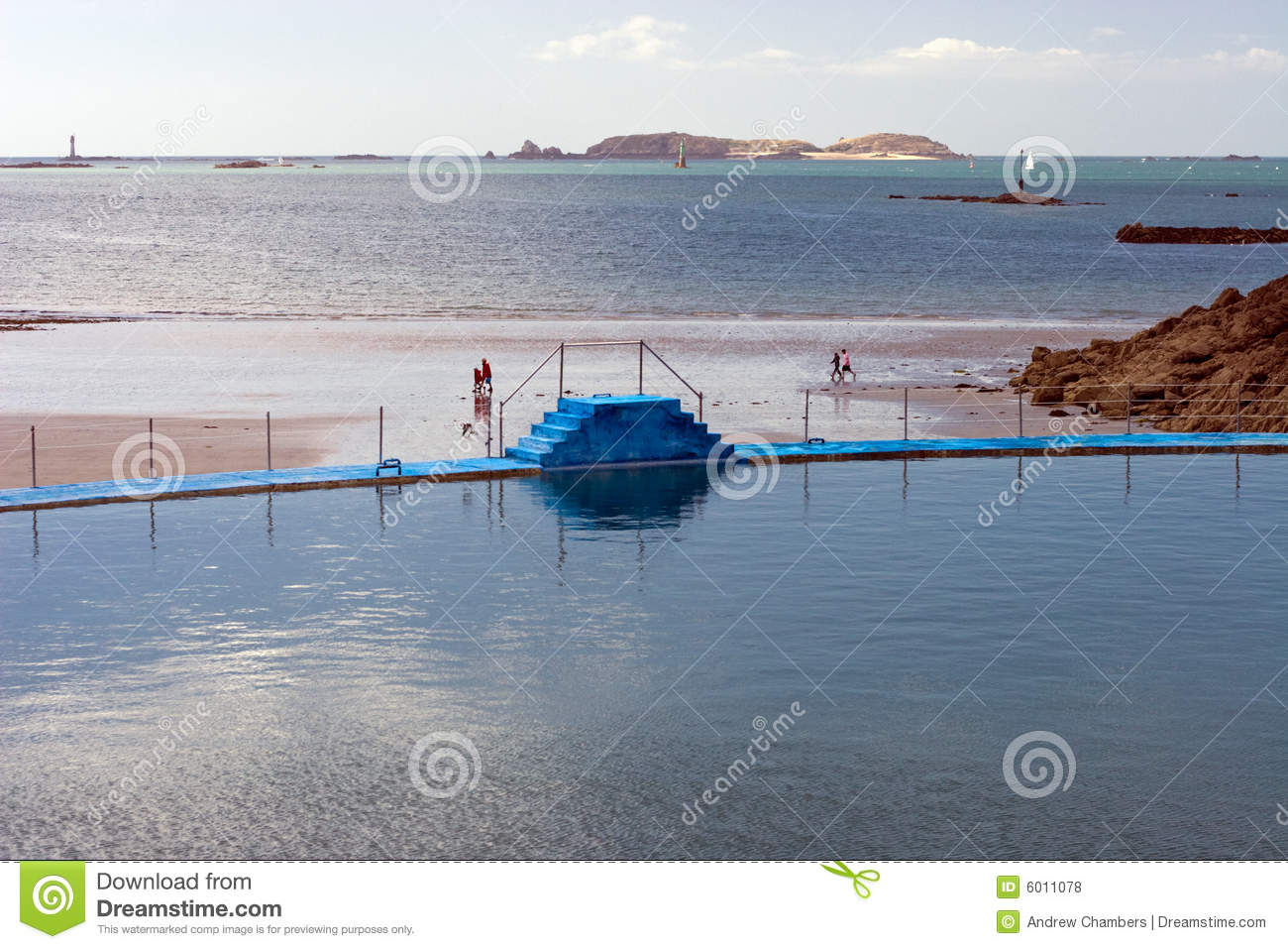 Piscine dans dinard photo stock image du saint les for Piscine dinard