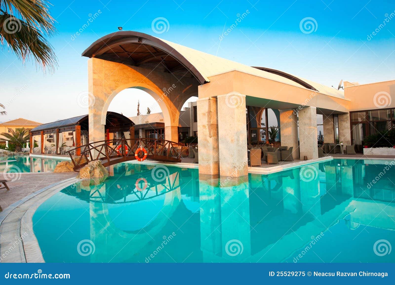 Piscine dans une ressource de vacances photos stock for Apprendre a plonger dans une piscine