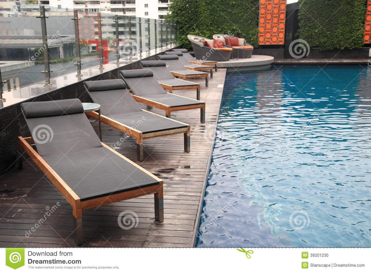 Piscine de luxe avec de longues chaises photo stock for Piscine de luxe