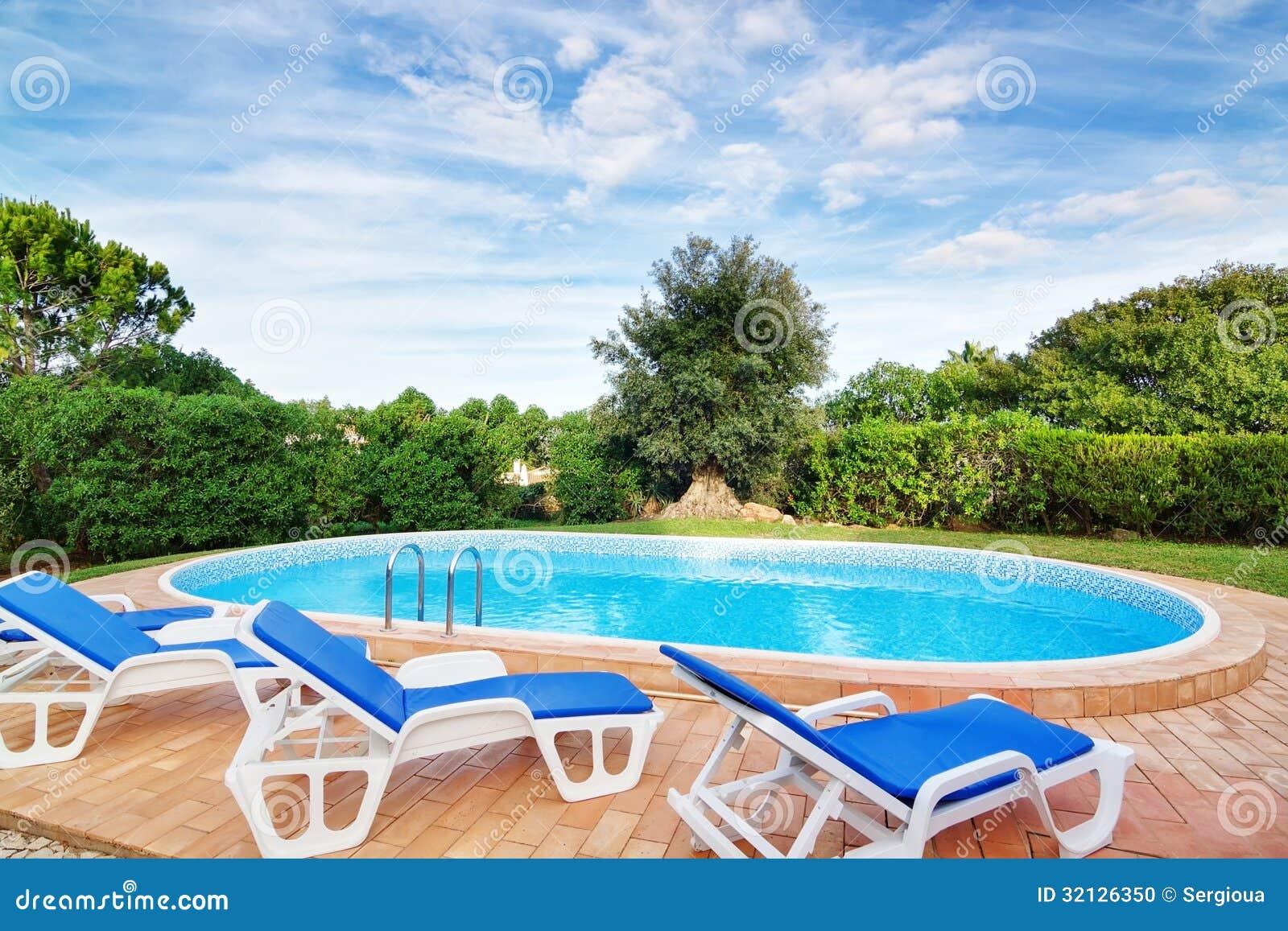 Piscine de luxe avec des canapés du soleil. Pour la relaxation.
