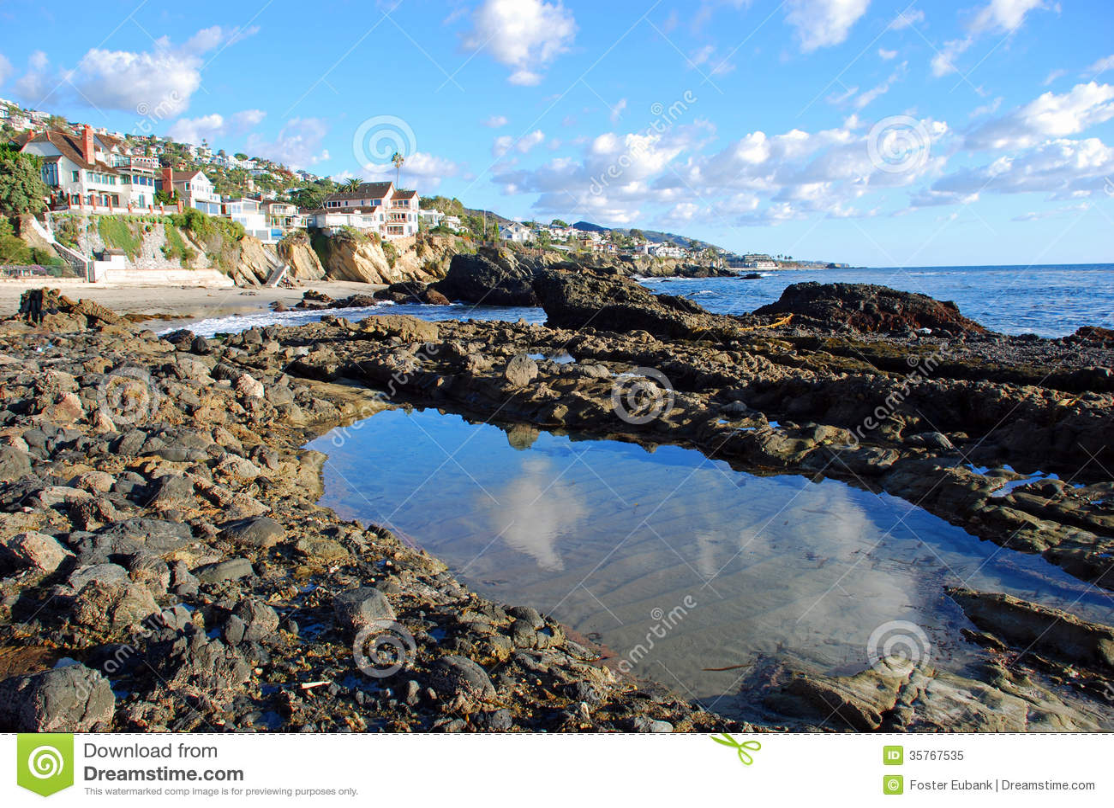 Piscine de marée et rivage rocheux près de crique en bois, Laguna Beach la Californie