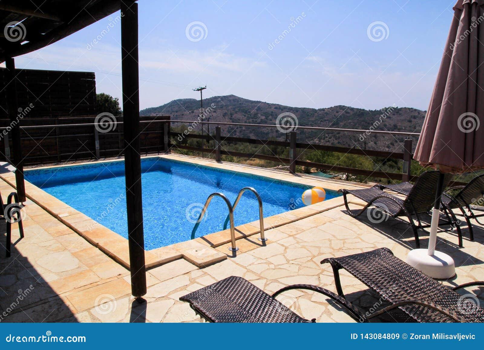 Piscine de villa de luxe de vacances, mer stupéfiante de paysage de vue de nature Détendez près de la piscine avec la balustrade,