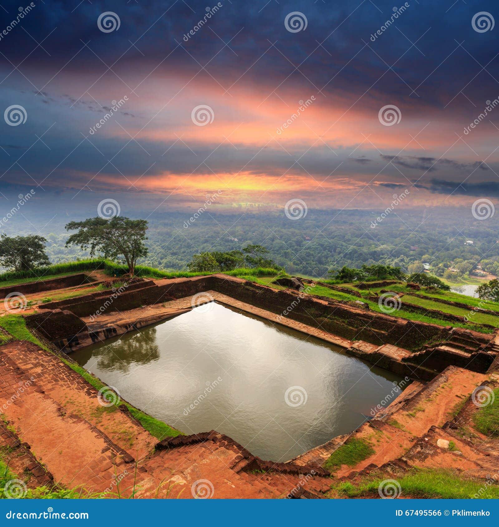 Piscine du swimmig du roi dans le château de Sigiriya